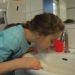 Den Mund gut mit Wasser ausspülen